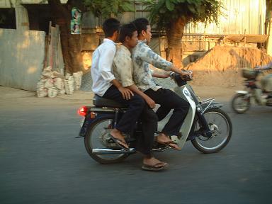 20060509バイク3人乗り.JPG