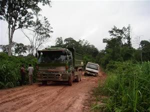 トラック泥にはまる